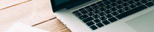 webagentur-mw-webdesign - das Bild zeigt einen Arbeitsplatz mit geöffnetem Laptop auf einem modernen Holztisch