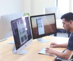 webagentur-mw - das bild zeigt einen webentwickler an seinem arbeitsplatz mit zwei bildschirmen