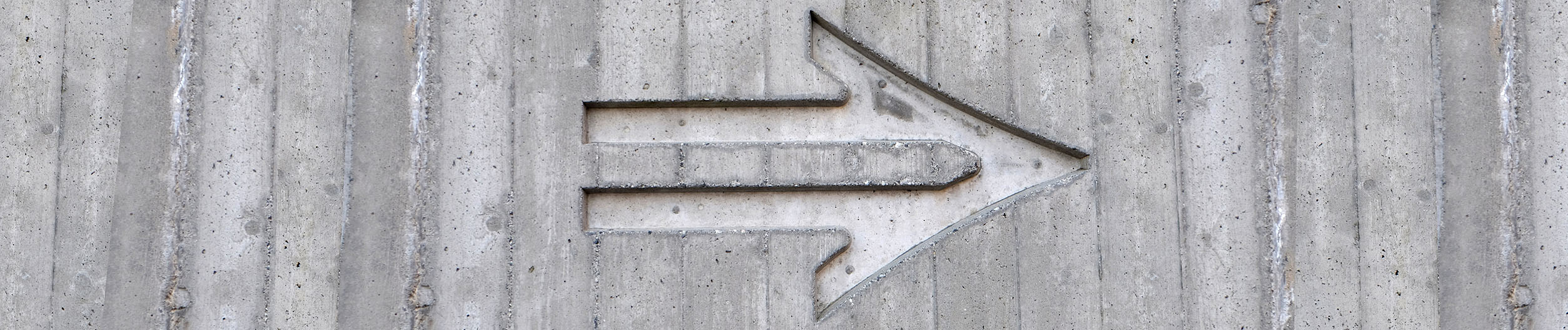 webagentur-mw - das bild zeigt einen in beton eingefräßten pfeil der nach rechts zeigt