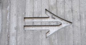 webagentur-mw-schwäbisch-hall-blog-man sieht eine Betonwand, in die ein Pfeil eingemeißelt ist.