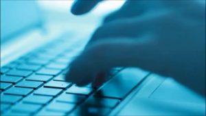 webagentur-mw - das Bild ist bläulich gefärbt und zeigt zwei Hände auf einer Tastatur