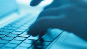 webagentur-mw - das bläuliche bild zeigt eine hand die auf einer tastatur schreibt