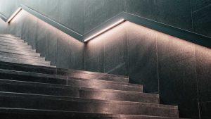 webagentur-mw - das bild zeigt eine nach oben führende treppe