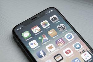 webagentur-mw - das bild zeigt das display eines handys mit den social-media-apps