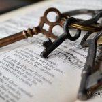 webagentur-mw-blogbeitrag-keywordrecherche - das bild zeigt einen Schlüsselbung auf einem aufgeschlagenem Buch