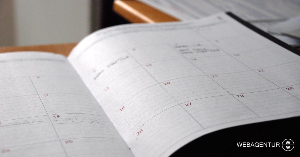 webagentur-mw-redaktionsplan-man sieht einen aufgeschlagenen Kalender auf einem Tisch liegen