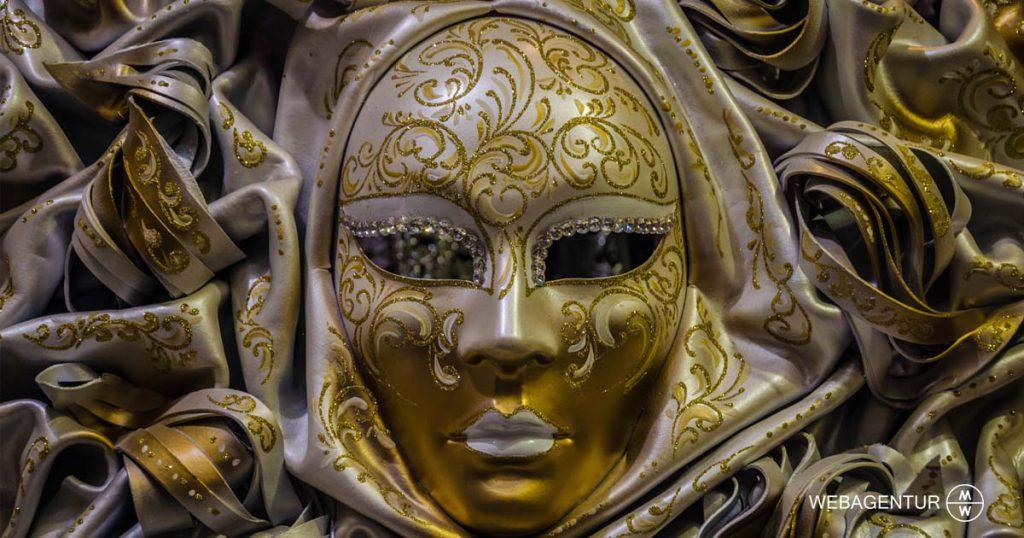 webagentur-mw - Warum Personas für das Marketing so wichtig sind – und wie man sie erstellt! Das Bild zeigt eine mit Gold verzierte Maske